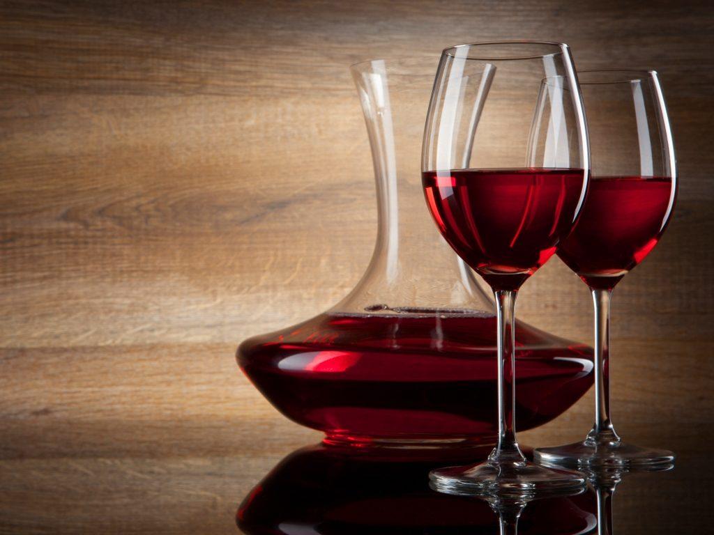 copas y decantador de vino